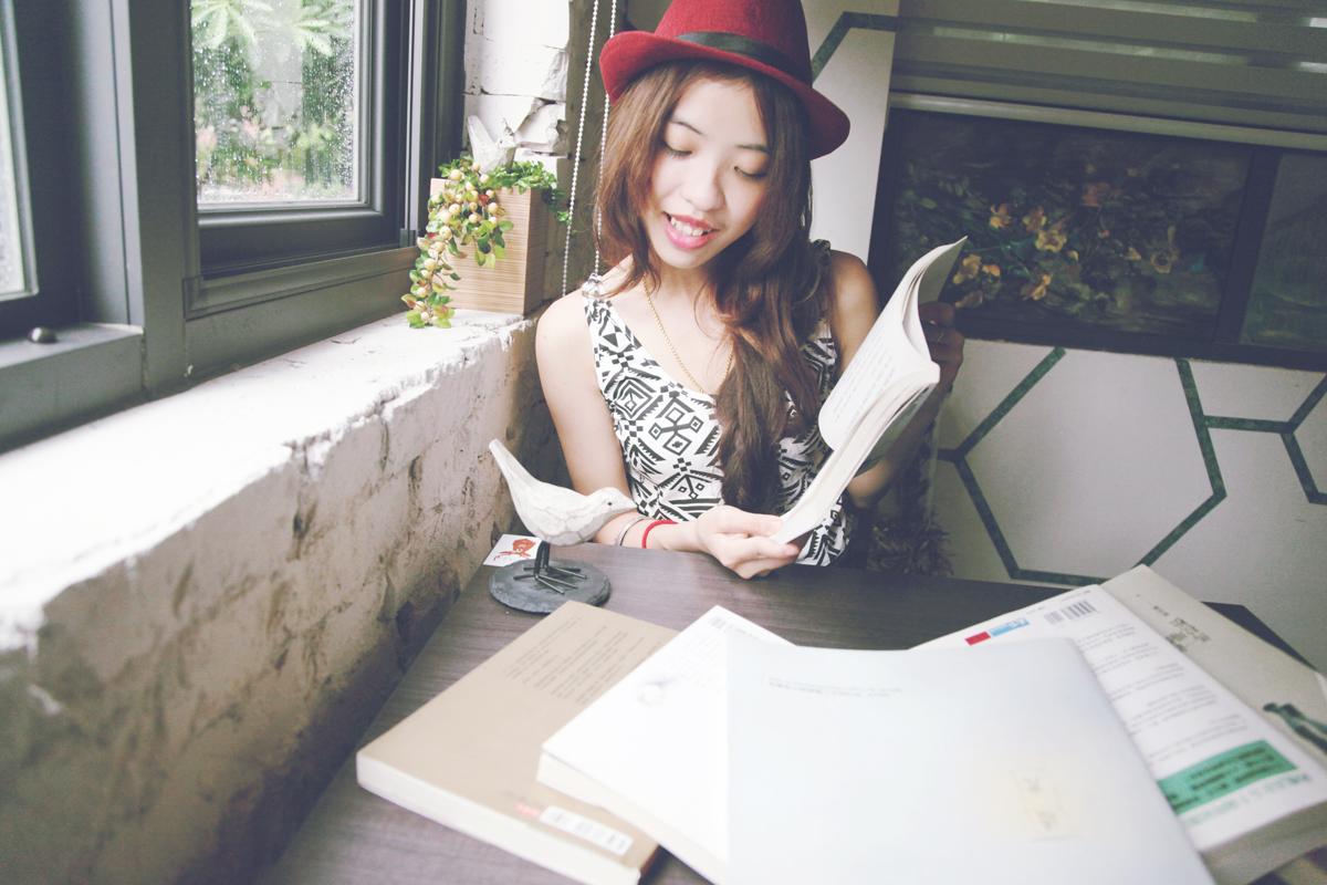 書與戴帽子的女孩